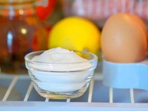 Coupelle de bicarbonate dans un frigo