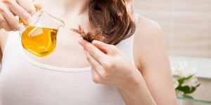 De l'huile d'olive sur des cheveux secs